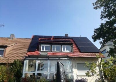 czarne moduły fotowoltaiczne wybudowane w oparciu o technologię Solaredge
