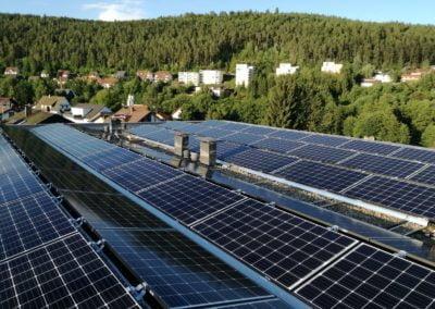 Elektrownia słoneczna na dachu płaskim budynku szkoły