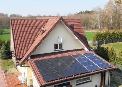 moduły monokrytaliczne i polikrystaliczne zamontowane na dachu domu obk siebie