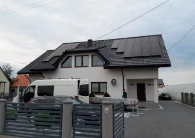 Panele Full Black na dachy domu krytym czarną dachówką Grudziądz