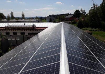 Panele słoneczne na dachu dwuspadowym