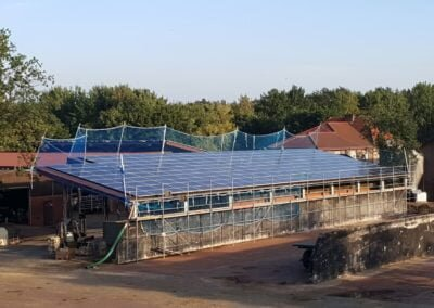 Instalacja solarna na dachu obory rolnika