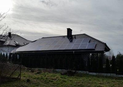 Panele polikrystaliczne na dachu garażu